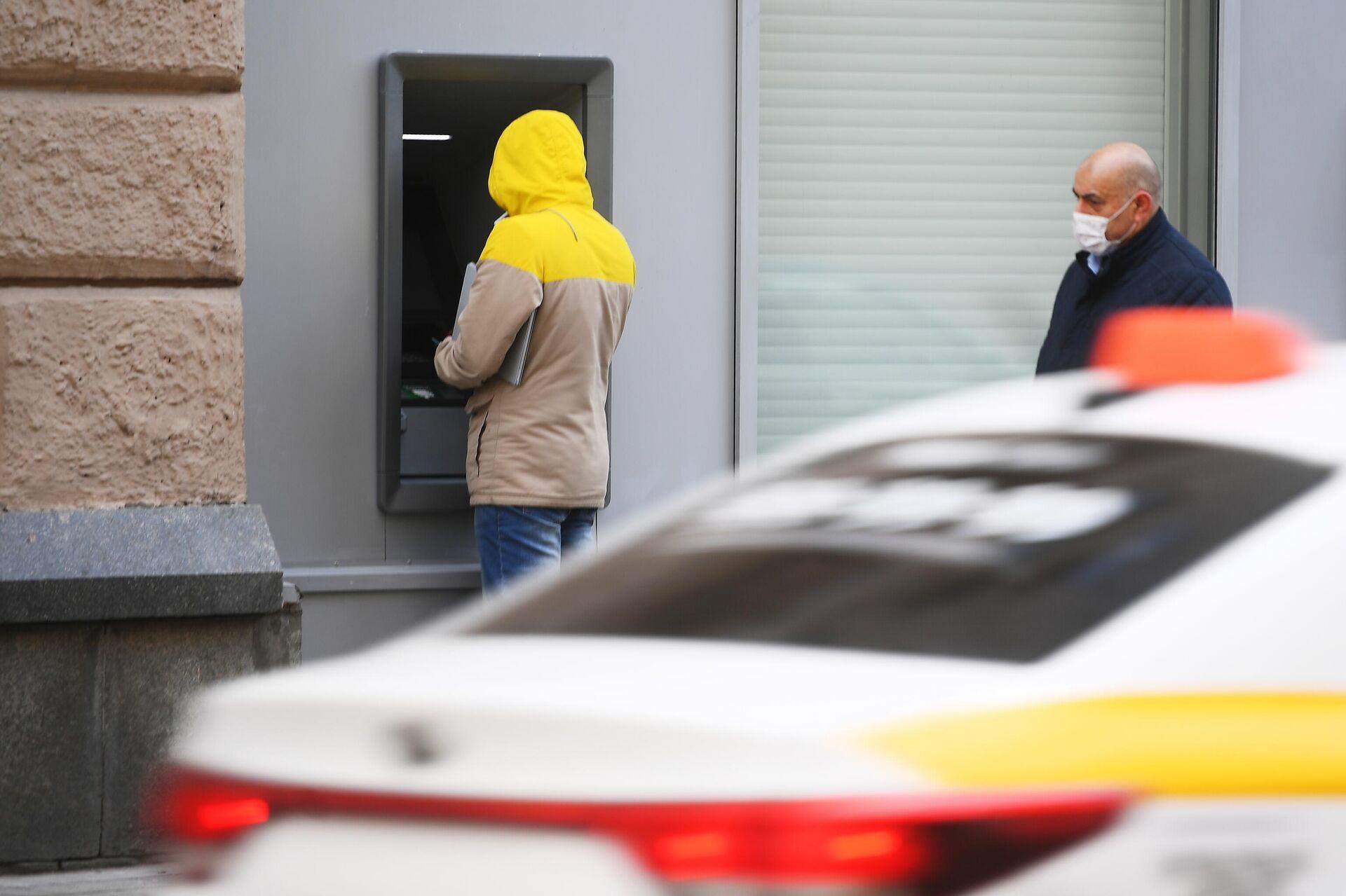 Ушли в кеш: россияне вынесли из банков миллиарды