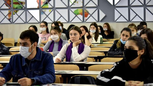 Студенты ПГУ во время прослушивания лекции