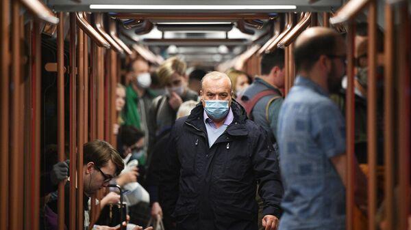 Пассажиры в вагоне поезда нового поколения Москва-2020 Московского метрополитена