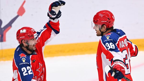 Игроки ПХК ЦСКА Александр Попов (справа) и Михаил Науменков