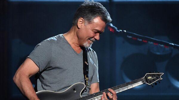 Гитарист Эдди Ван Хален на концерте в Лас-Вегасе