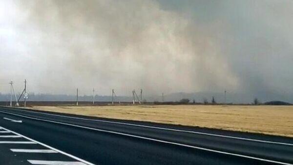 Дым с места взрывов на бывших военных складах в Рязанской области. Скриншот видео