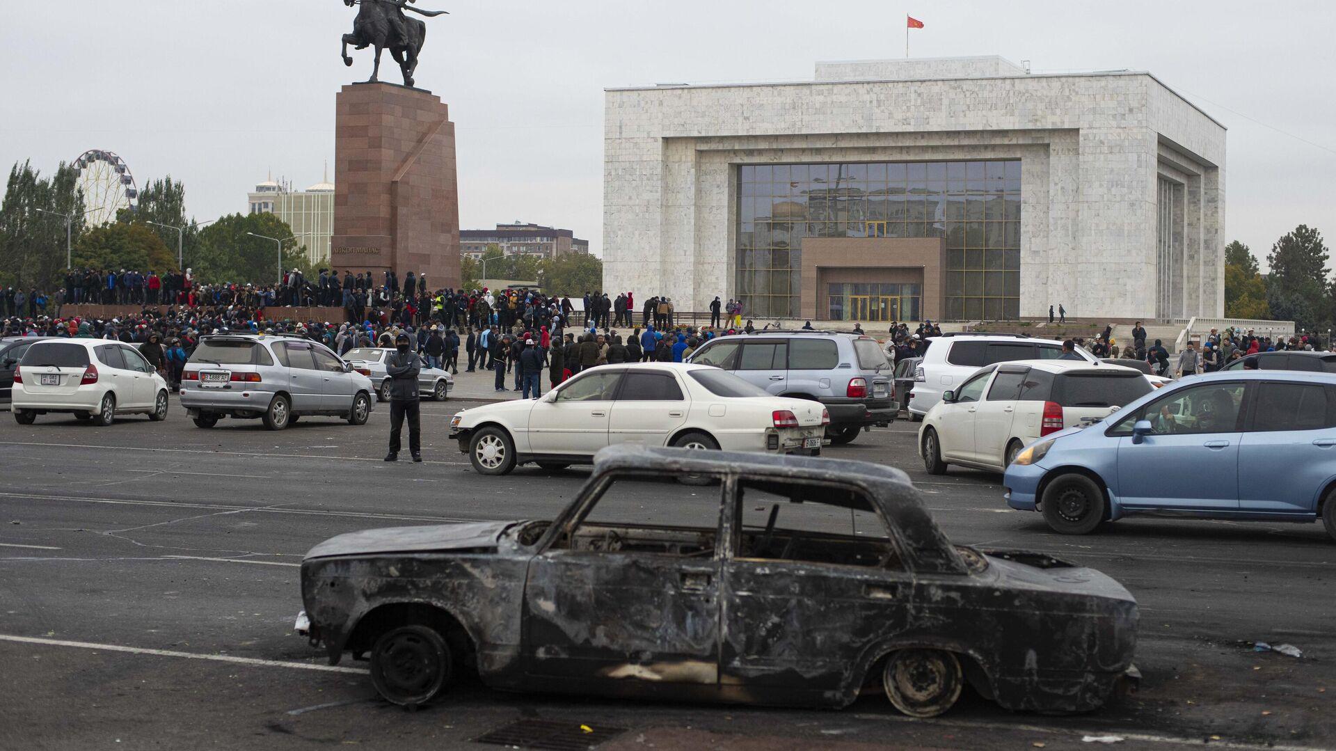 Сожженный автомобиль на центральной площади Бишкека Ала-Тоо - РИА Новости, 1920, 21.10.2020