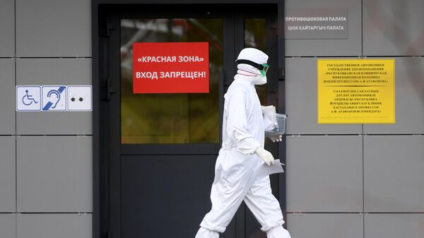 Медицинский работник на территории Республиканской клинической инфекционной больницы в Казани