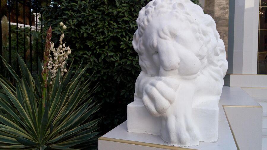 Скульптура льва у отеля в Малореченском