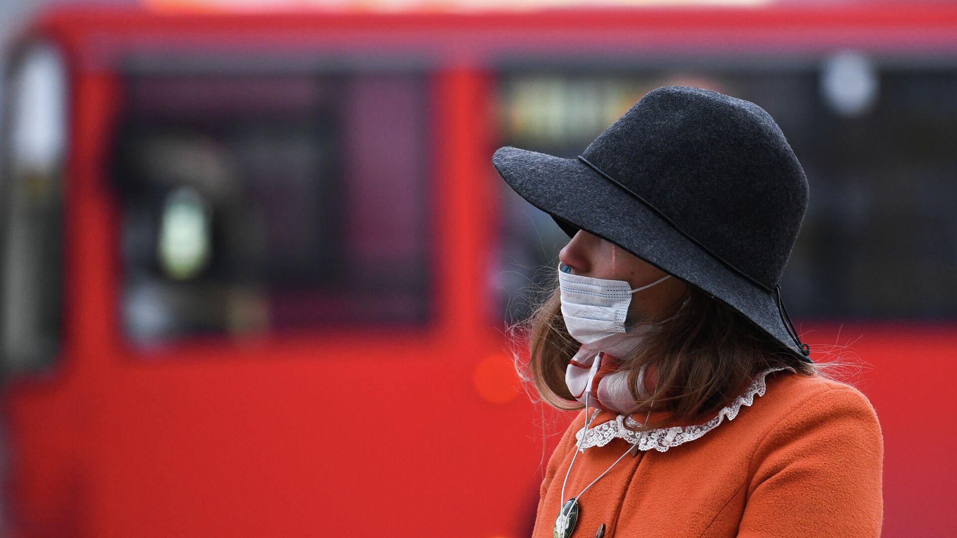 Девушка в медицинской маске в Новосибирске - РИА Новости, 1920, 23.10.2020