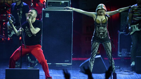Солист группы Ленинград Сергей Шнуров и певица Алиса Вокс выступают в Концертном зале Крокус Сити Холл. 2013 год