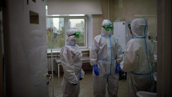 Медицинские работники в городской клинической больнице № 52