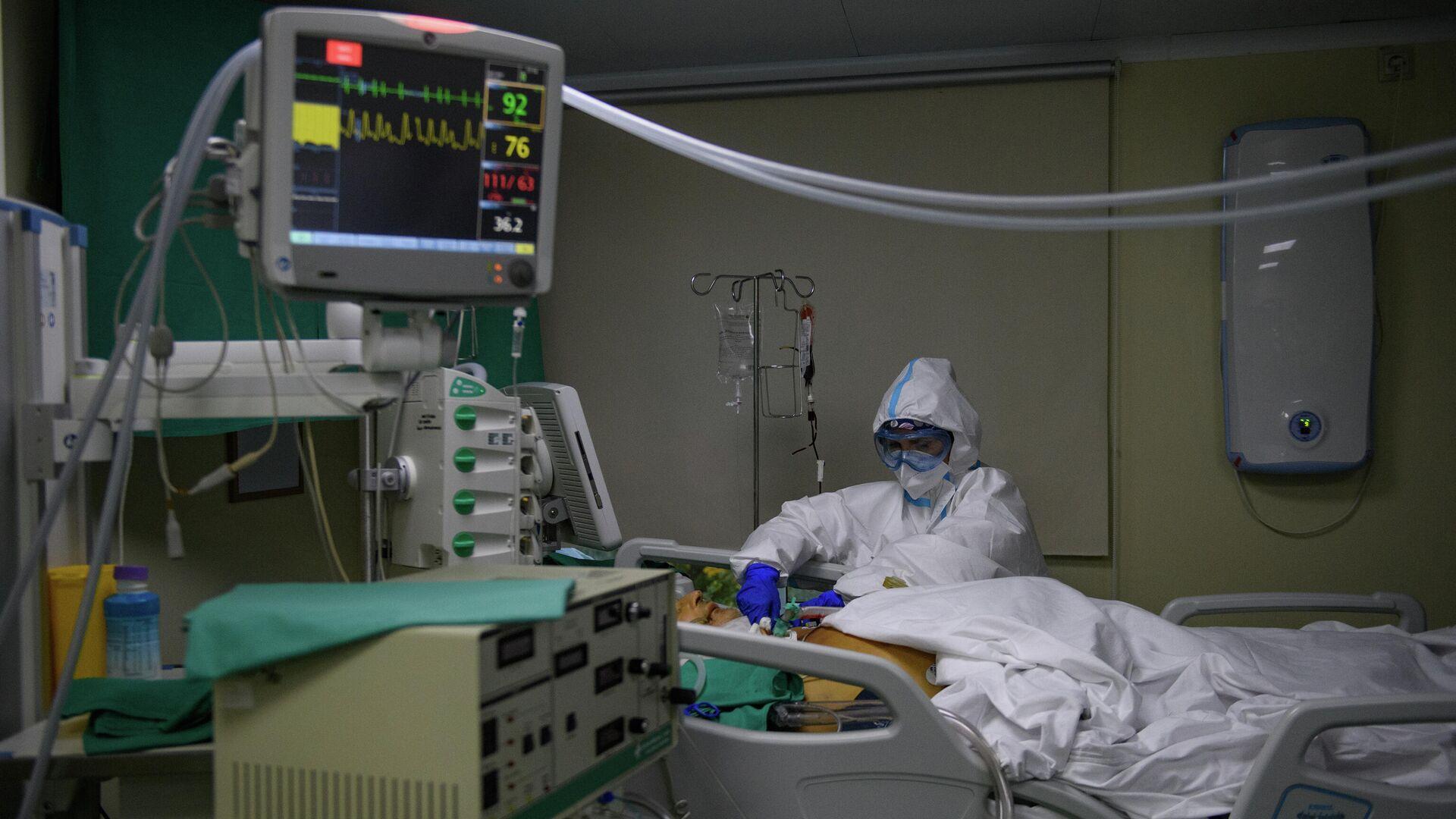 Медицинский работник оказывает помощь пациенту с COVID-19 в отделении гемодиализа городской клинической больницы № 52 - РИА Новости, 1920, 14.10.2020