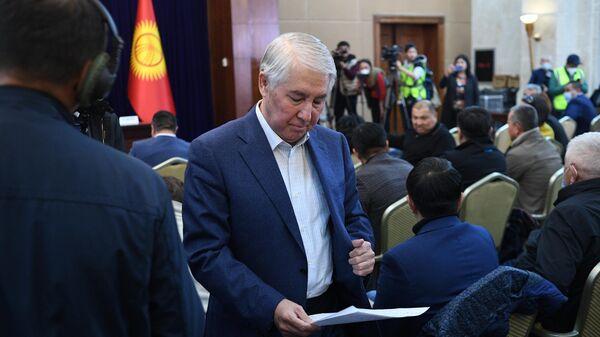 Cпикер парламента Киргизии Мыктыбек Абдылдаев на внеочередном заседании парламента Киргизии
