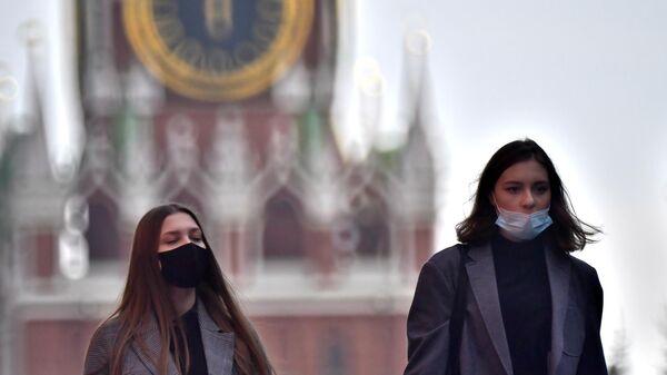 Девушки в защитных масках на Красной площади в Москве