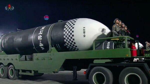 Новая баллистическая ракета Пуккыксон 4-А во время парада в Пхеньяне, КНДР. Стоп-кадр трансляции