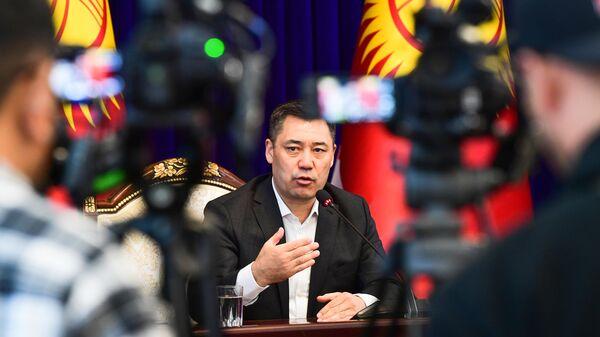 Новоизбранный премьер-министр Садыр Жапаров во время пресс-конференции в Бишкеке
