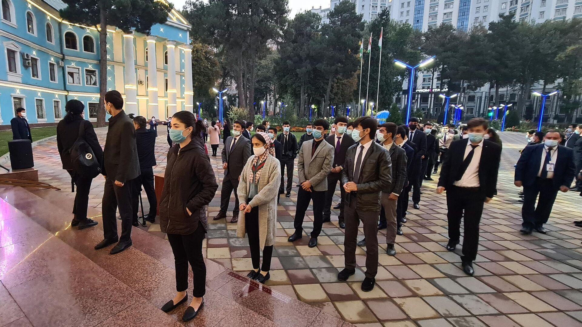 Люди стоят в очереди на избирательный участок в Таджикский государственный медицинский университет в Душанбе на выборах президента Таджикистана - РИА Новости, 1920, 12.10.2020