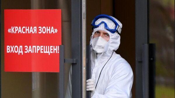 Медицинский персонал на территории Республиканской клинической инфекционной больницы в Казани