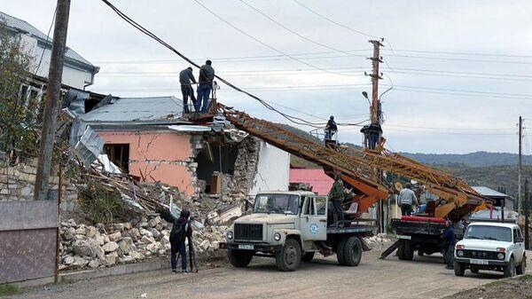 Восстановление электрических сетей, поврежденных в результате обстрелов Степанакерта в Нагорном Карабахе.