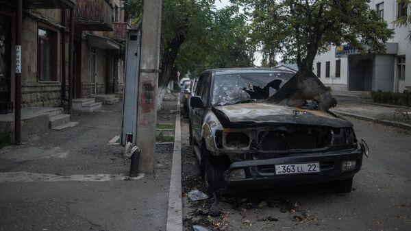 Легковой автомобиль, искореженный и обгоревший в результате обстрелов Степанакерта в Нагорном Карабахе