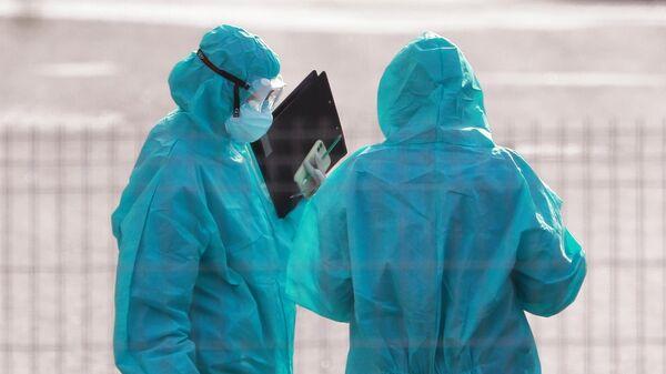Медицинские работники на территории карантинного центра в Коммунарке