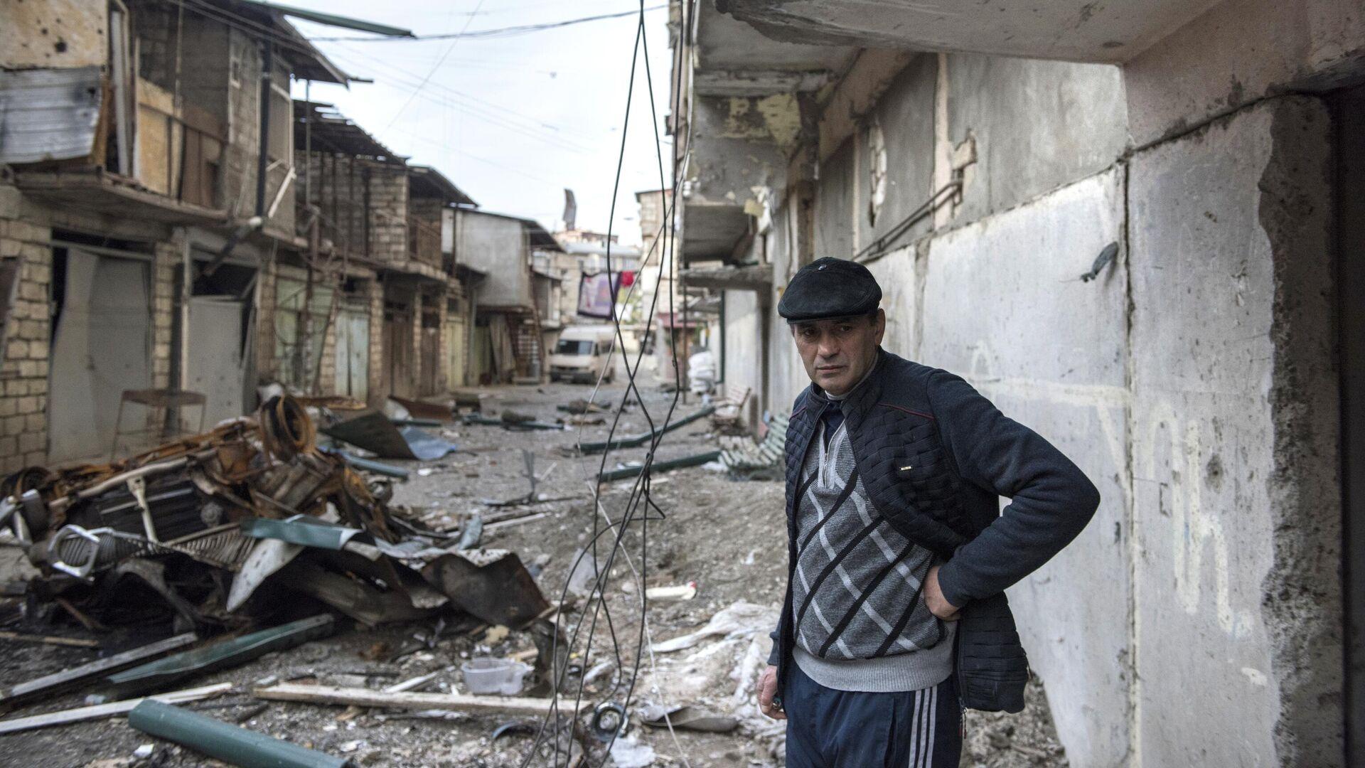 Мужчина на разрушенной улице города Степанакерт, который подвергся обстрелу - РИА Новости, 1920, 11.10.2020