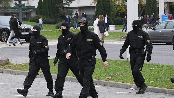 Сотрудники правоохранительных органов во время несанкционированной акции протеста оппозиции в Минске