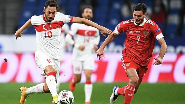 Полузащитник сборной России Магомед Оздоев (справа) и нападающий сборной Турции Хакан Чалханоглу