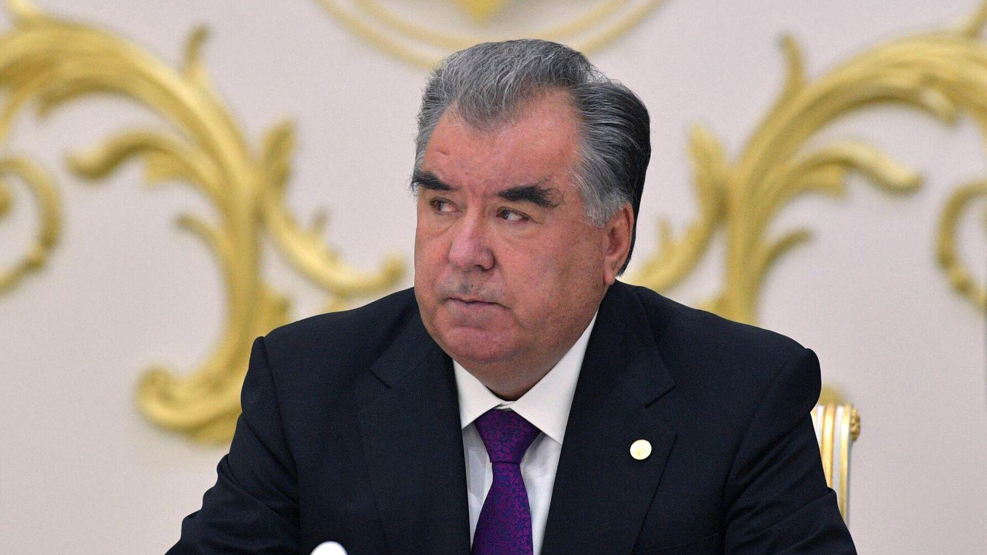 Рахмон поувольнял чиновников в министерствах и ведомствах