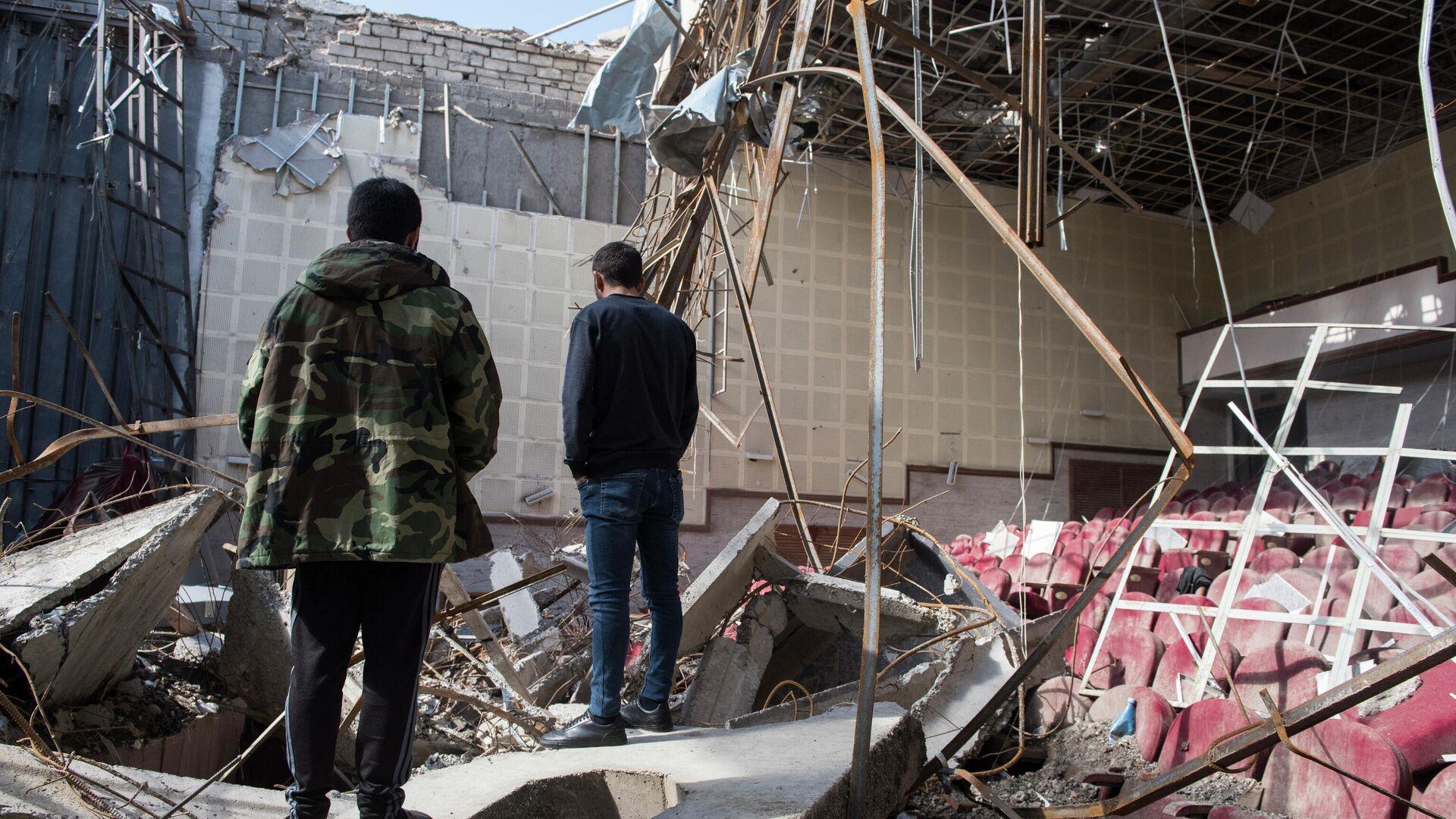 Разрушенный обстрелом кинотеатр в городе Шуши в Карабахе - РИА Новости, 1920, 13.10.2020