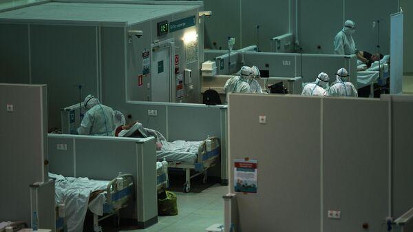 Медицинские работники во временном госпитале для пациентов с COVID-19 в Сокольниках