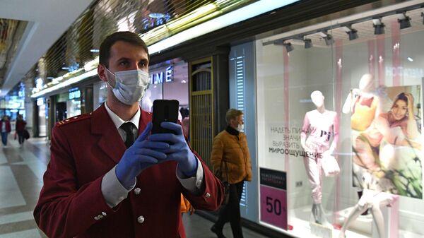 Сотрудник Роспотребнадзора проверяет соблюдение масочного режима в торговом центре Охотный ряд