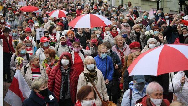 Колонна протестующих на проспекте Независимости в Минске