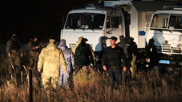 Сотрудники правоохранительных органов в поселке Большеорловский в Нижегородской области, где неизвестный устроил стрельбу на автобусной остановке