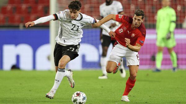 Нападающий сборной Германии Кай Хаверц (слева) и полузащитник сборной Швейцарии Рено Фройлер