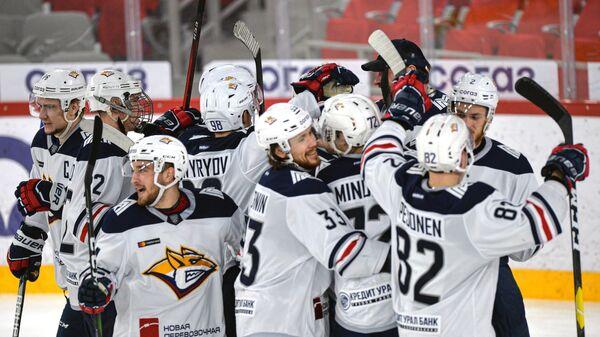 Игроки Металлурга радуются победе в матче регулярного чемпионата Континентальной хоккейной лиги