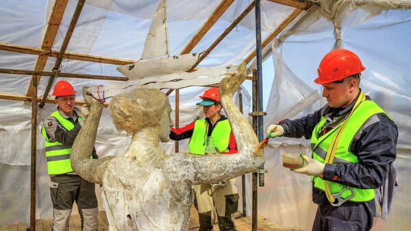 Реставрация скульптуры Водный путь, которая установлена в парке Северного речного вокзала Москвы