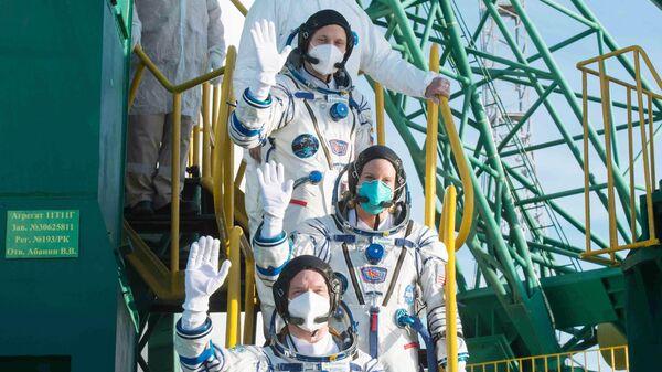 Участники основного экипажа 64-й экспедиции на Международную космическую станцию