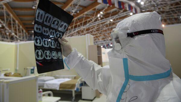 Медицинский работник во временном госпитале для пациентов с COVID-19 в ледовом дворце Крылатское