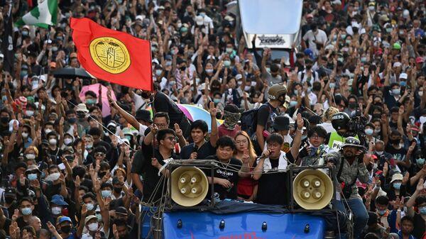 Марш протестующих в Бангкоке