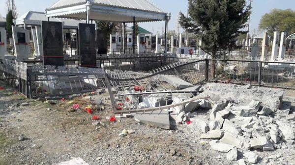 Разрушения на кладбище в городе Тертере, которое подверглось обстрелу в тот момент, когда  проходили похороны