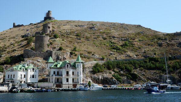 Катера, лодки и яхты в акватории Балаклавы в Крыму