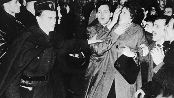 Полиция разгоняет демонстрацию, участники которой требуют прекращения войны в Алжире. Ноябрь 1961 года. Репродукция фотографии из фондов института Мориса Тореза в Париже.