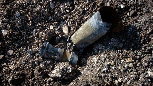 Осколки снарядов неподалеку от попавшей под обстрел средней школы №2 в Мартуни