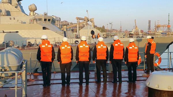 Члены экипажа сторожевого корабля Дагестан, выходящего в море для участия в учениях Каспийской флотилии
