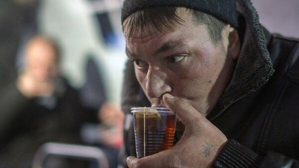 Мужчина на пункте для обогрева людей без определенного места жительства