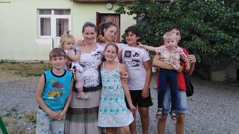 Анна с детьми возле дома