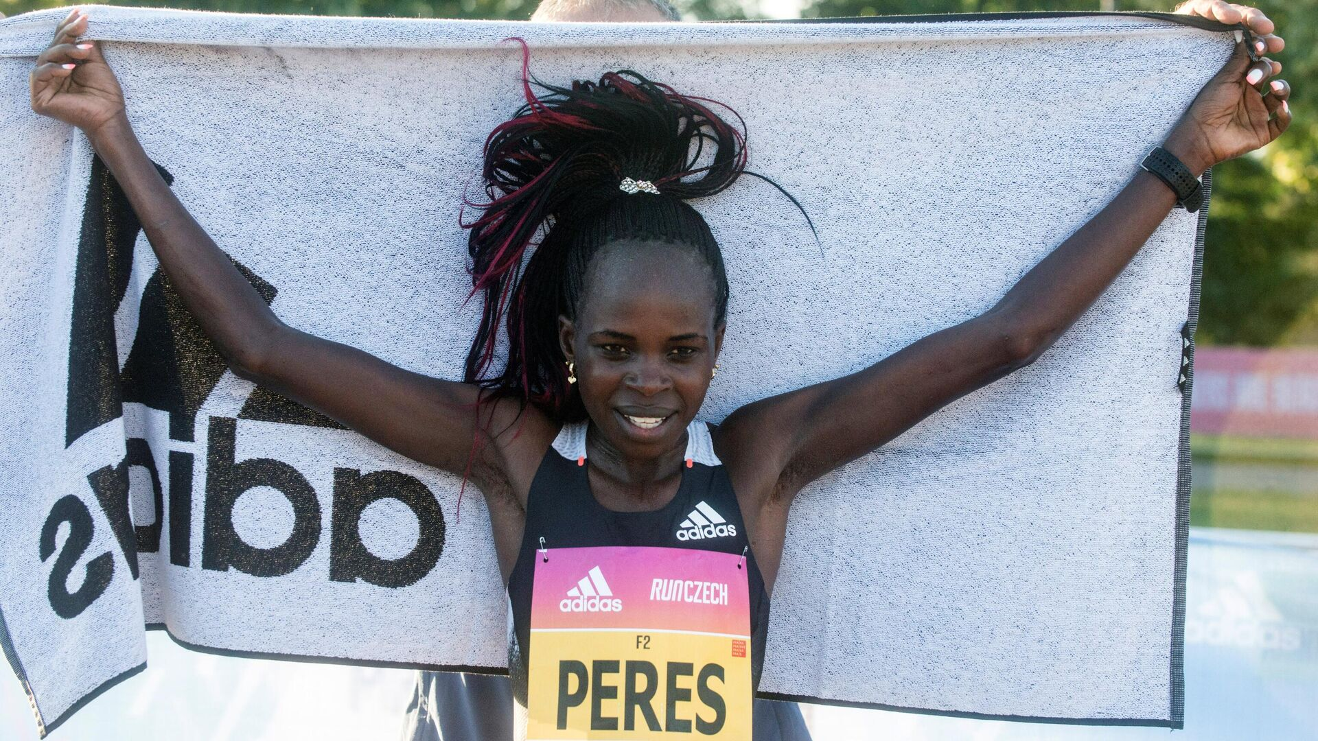 Peres Jepchirchir of Kenya celebrates after winning the women-only half marathon and breaking a new world record on September 5, 2020 in Prague. - Kenya's Peres Jepchirchir ran the fastest women-only half marathon in history in Prague, finishing the race in an hour, five minutes and 34 seconds. (Photo by Michal Cizek / AFP) - РИА Новости, 1920, 17.10.2020