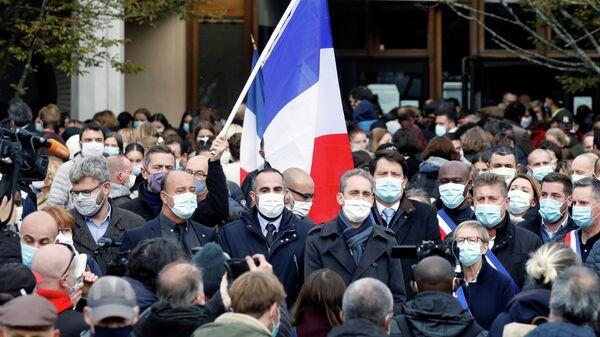 Люди собираются на месте убийства учителя в коммуне Конфлан-Сент-Онорин, Франция