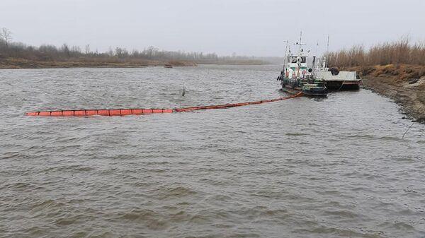 На месте столкновения двух барж в затоне реки Обь в Томской области