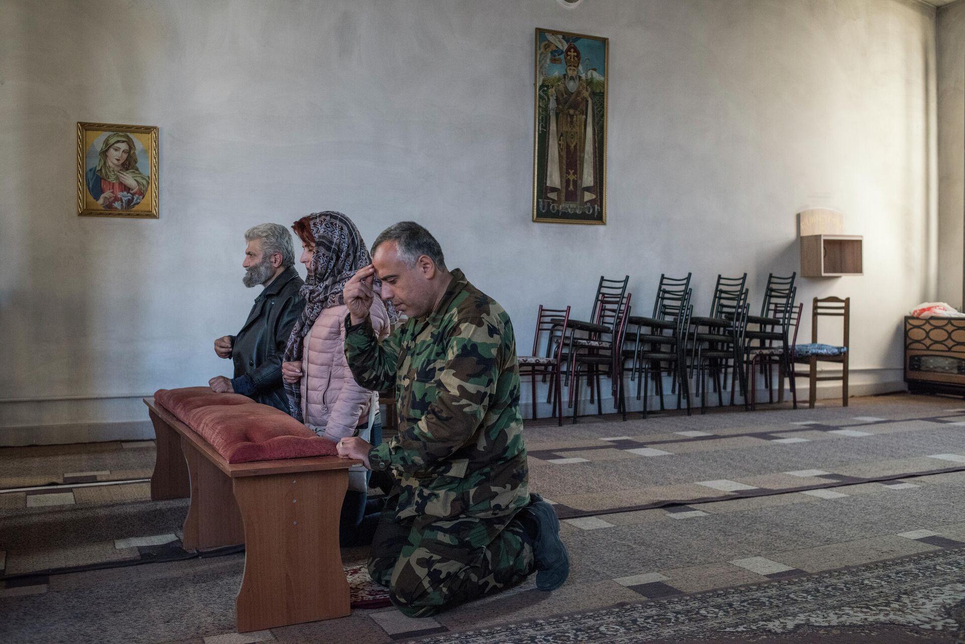 Люди молятся в храме в Степанакерте - РИА Новости, 1920, 19.10.2020