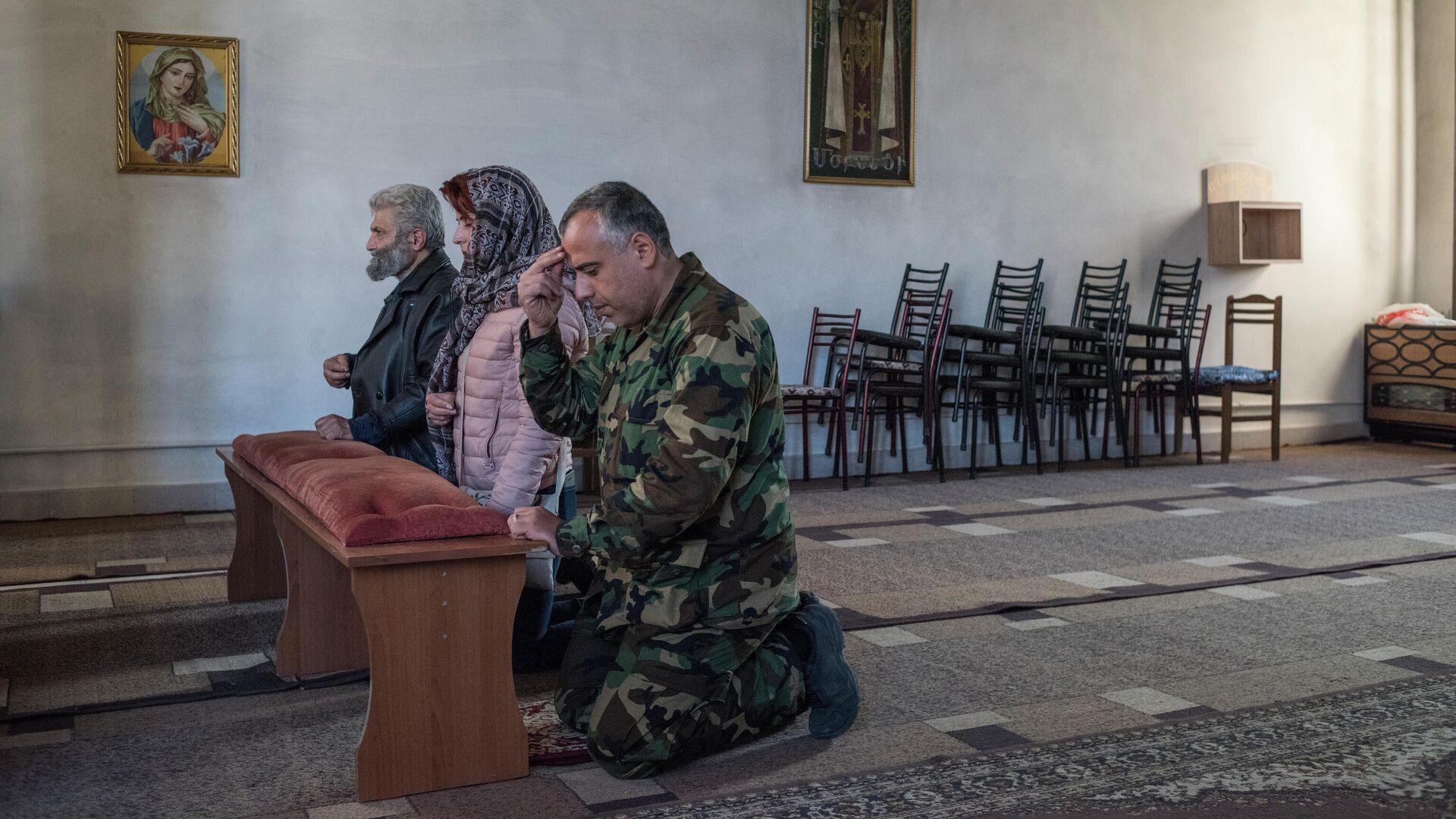 Люди молятся в храме в Степанакерте - РИА Новости, 1920, 20.10.2020