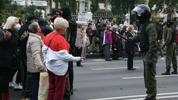 Участники акции пенсионеров и сотрудники правоохранительных органов во время протестов в Минске